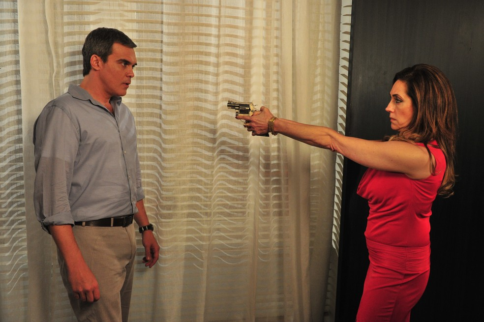 Tereza (Christiane Torloni) e Renê (Dalton Vigh) discutem e ela atira no ex marido — Foto: Renato Rocha Miranda / TV Globo