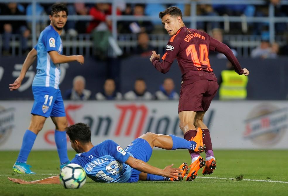 Coutinho toca de letra para marcar um dos gols da vitória do Barça sobre o Málaga (Foto: Jon Nazca/Reuters)