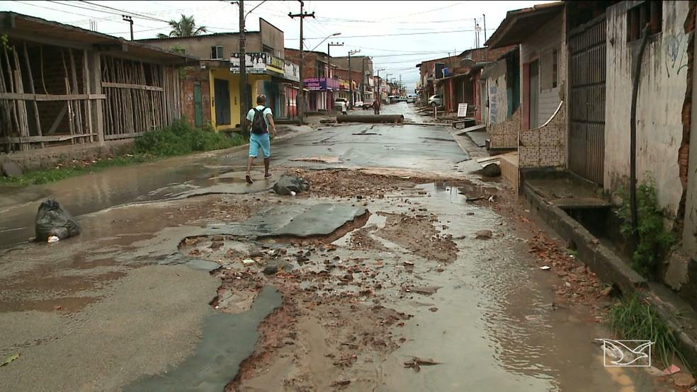 Parte do asfalto cedeu por conta das fortes chuvas em São Luís. (Foto: Reprodução/TV Mirante)