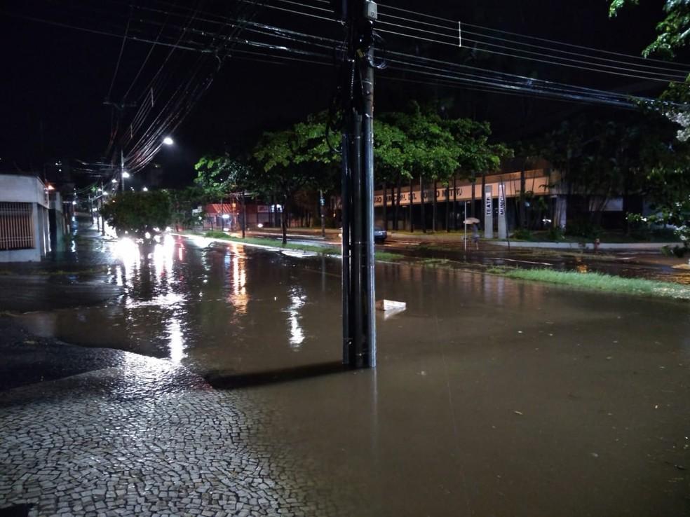 Avenida Independência ficou alagada durante a chuva desta quarta-feira (23) em Piracicaba — Foto: Arthur Menicucci/G1