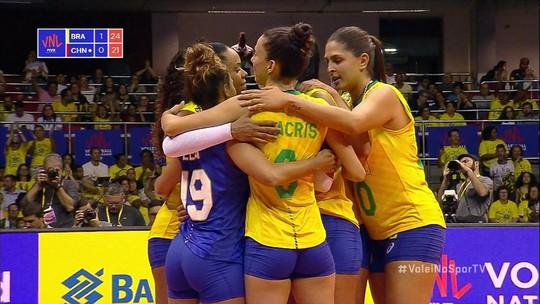 Paula Borgo enche o braço e fecha o segundo set para o Brasil, 25/21