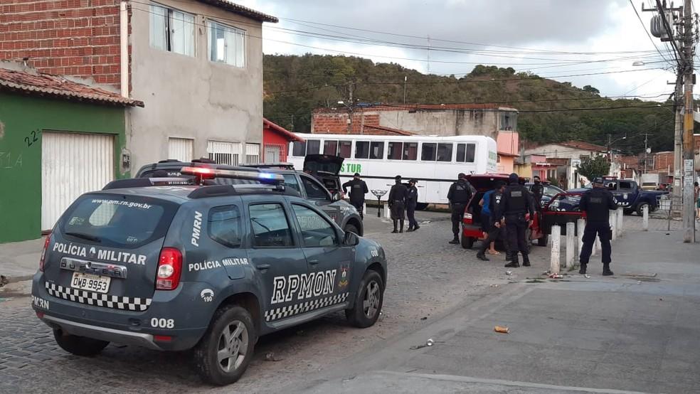 Guarda Municipal e Polícia Militar desfazem bloquinho no bairro de Cidade Nova, em Natal — Foto: Sérgio Henrique Santos/Inter TV Cabugi