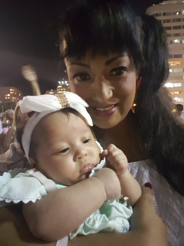 Verônica Lima e Maria Clara, de 3 meses, devidamente paramentada com as cores da Império Serrano — Foto: Arquivo Pessoal