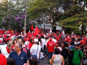 Manifestantes fazem ato em defesa da legitimidade do governo federal em BH (Foto: Igor Lage/G1)