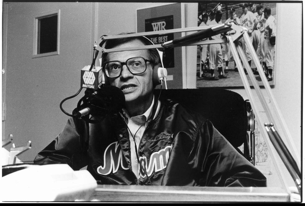 Larry King em programa de rádio em 1º de maio de 1957 — Foto: Divulgação