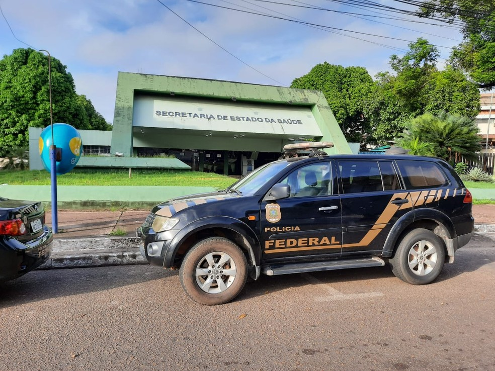 Operação Vírus Infecto - Viatura em frente à sede da Secretaria de Saúde do Amapá — Foto: Danillo Borralho/Rede Amazônica