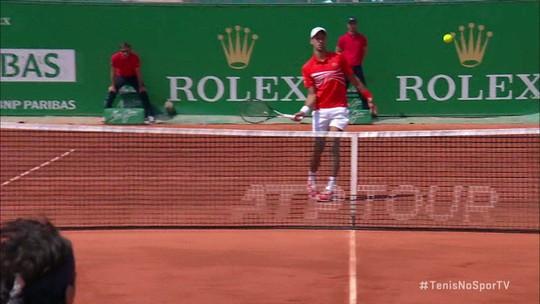 """Com direito a """"pneu"""", Djokovic joga bem e avança às quartas de final em Monte Carlo"""