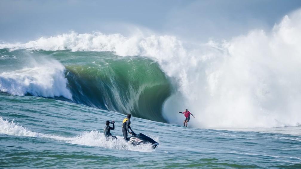 Onda gigante na Praia da Costa — Foto: Gabriel Henriques Viana