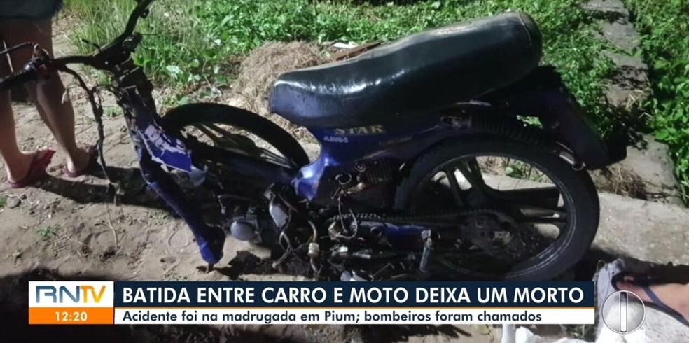 Moto e carro se colidiram em cima da ponte do Rio Pium — Foto: Reprodução