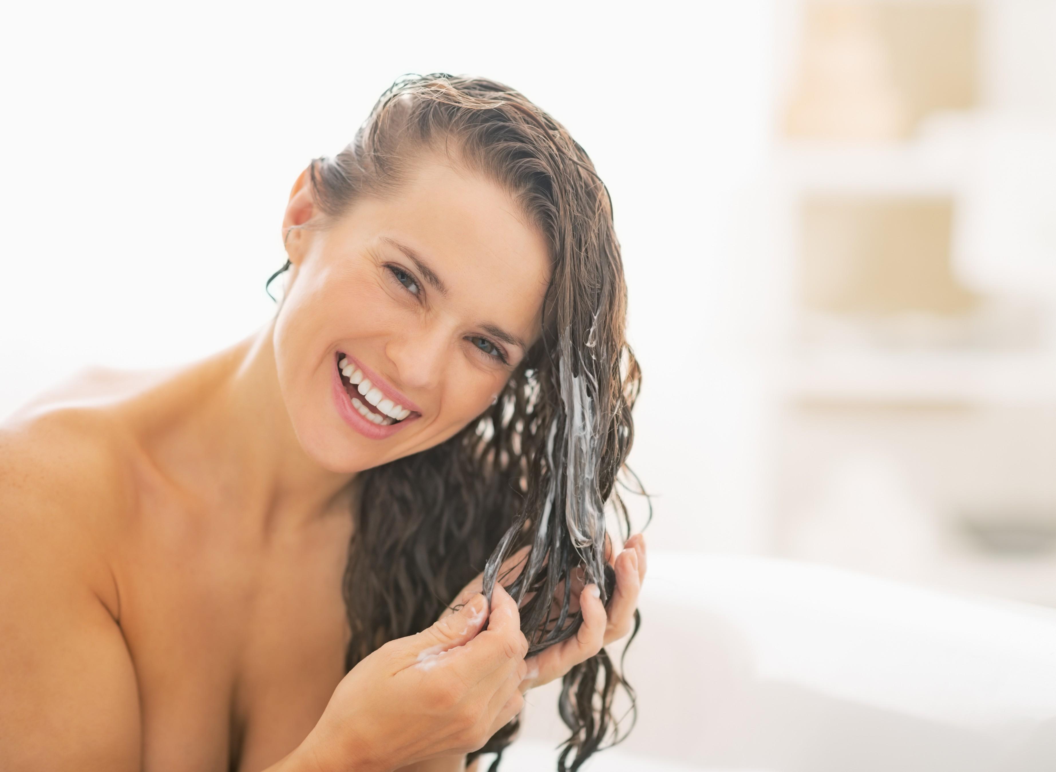 Não lave o cabelo com água quente no inverno (Foto: Thinkstock)