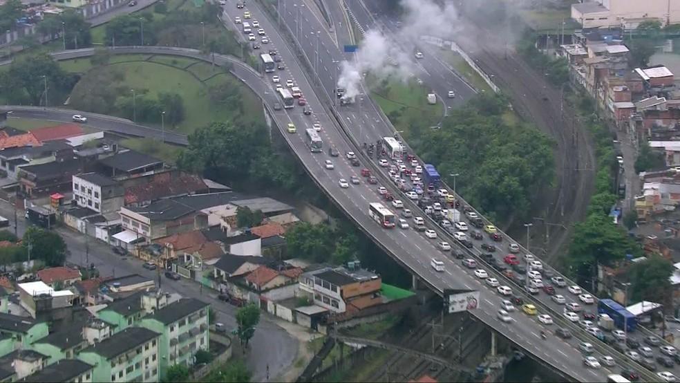 Utilitário pega fogo na Linha Amarela — Foto: Reprodução/TV Globo