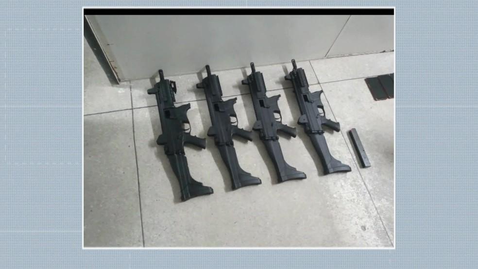 Submetralhadoras apreendidas com bandidos ajudaram polícia a descobrir esquema de venda de armas desviadas — Foto: Reprodução/TV Globo