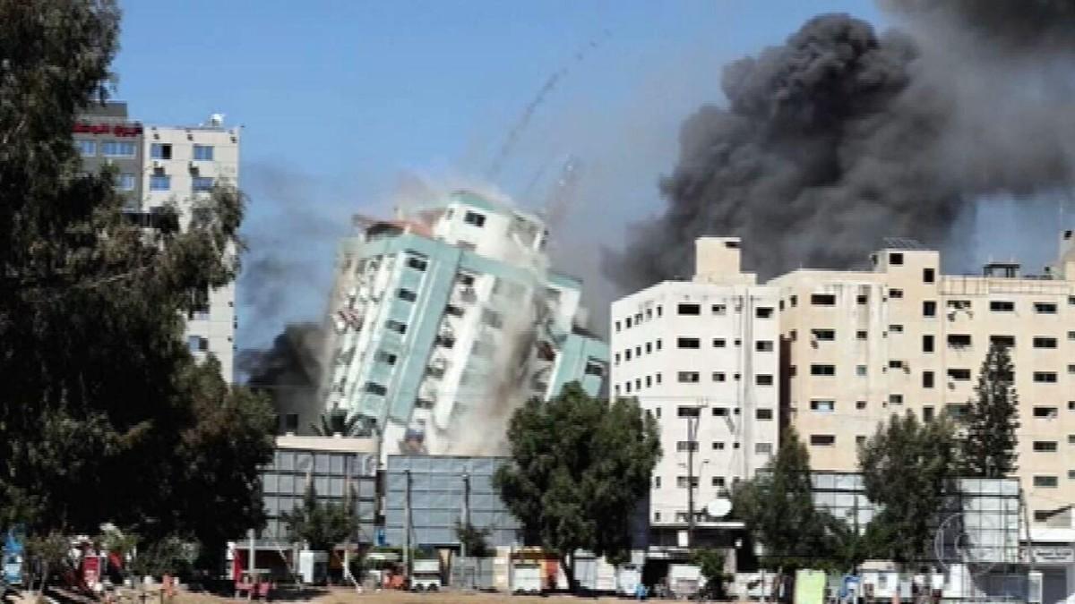 Mísseis israelenses destroem prédio em Gaza onde funcionavam órgãos de imprensa