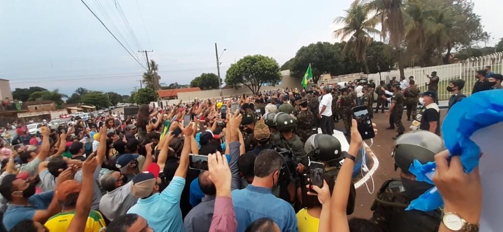 Segundo estimativa da Polícia Militar, cerca de 600 pessoas se aglomeravam do lado de fora do quartel do 9º GAC, em Nioaque, para ver o presidente Jair Bolsonaro — Foto: Emerson Arce/TV Morena