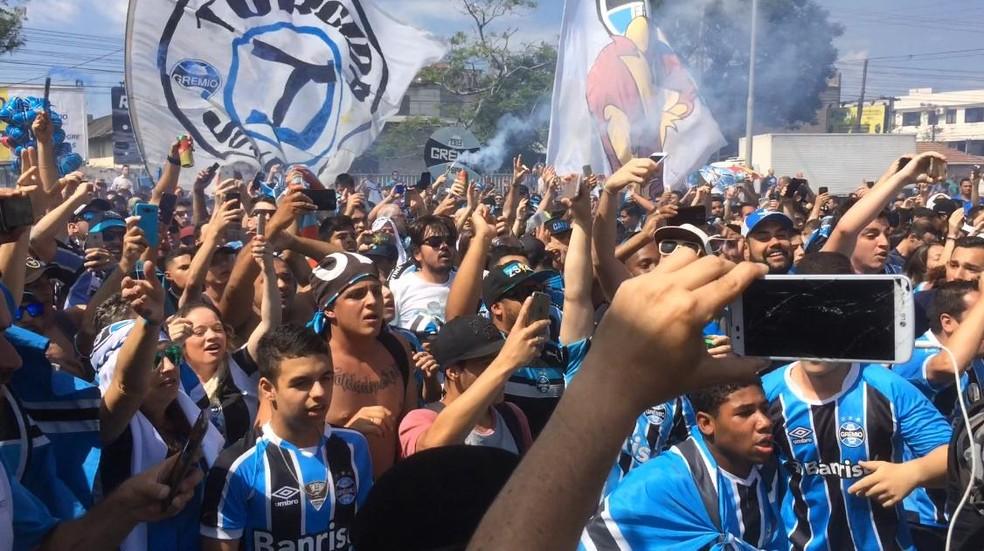 Torcida fez festa no aeroporto antes de embarque do Grêmio (Foto: Sandro Barzi/RBS TV)