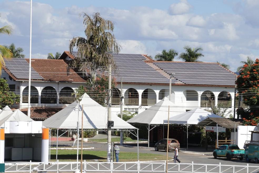 Placas foram montadas no telhado do Clube dos Fazendeiros (Foto: Solon Queiroz/ Arquivo pessoal)