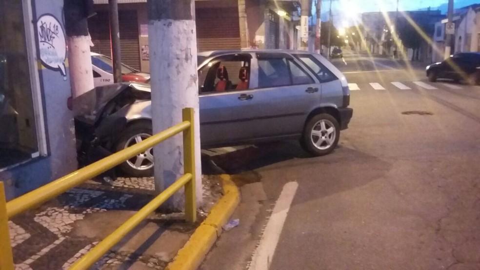 Homem furta veículo e bate o carro durante a fuga  (Foto: Divulgação/Polícia Militar)