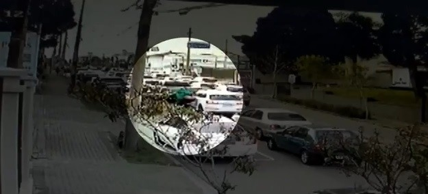 Motociclista aborda motorista em semáforo, atira contra o carro e foge com relógio de luxo em Curitiba; VÍDEO