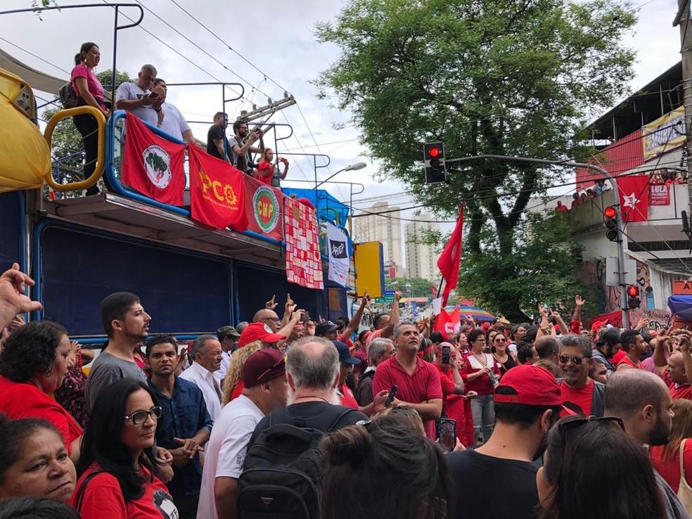 Apoiadores aguardam Lula em São Bernardo do Campo — Foto: Roney Domingos/G1