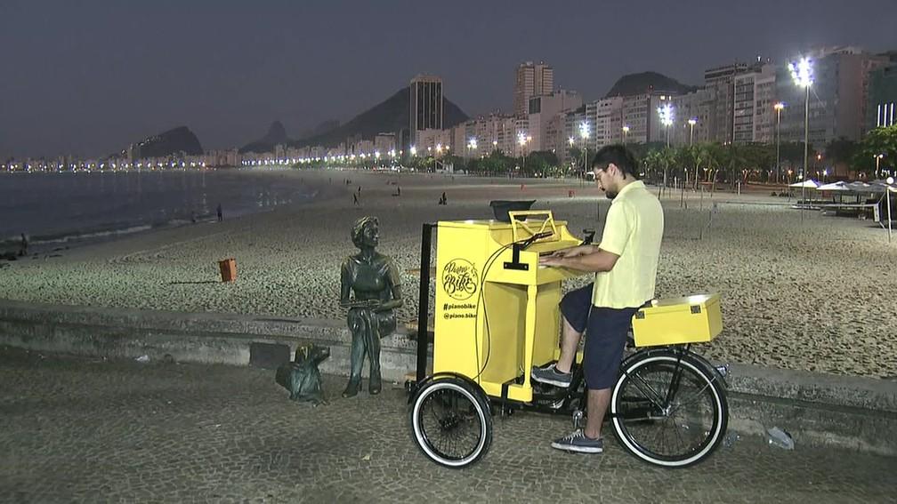 Leandro Parisi e o seu Pianobike na Praia do Leme — Foto: Reprodução/TV Globo