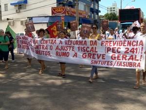 Manifestantes saem pelas ruas de Vitória (Foto: Reprodução/ TV Gazeta)
