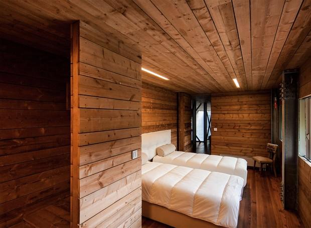 Casa Gêres de concreto e madeira em meio à natureza (Foto: Nudo/ Carvalho Araújo/ Divulgação)