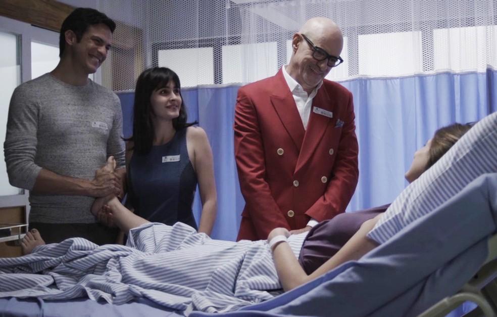 Família fica muito feliz com a notícia da gravidez (Foto: TV Globo)