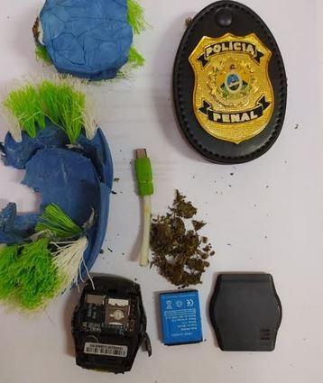 Droga e celular são achados dentro de escova de lavar roupa após entrega de pertences para presos no AC