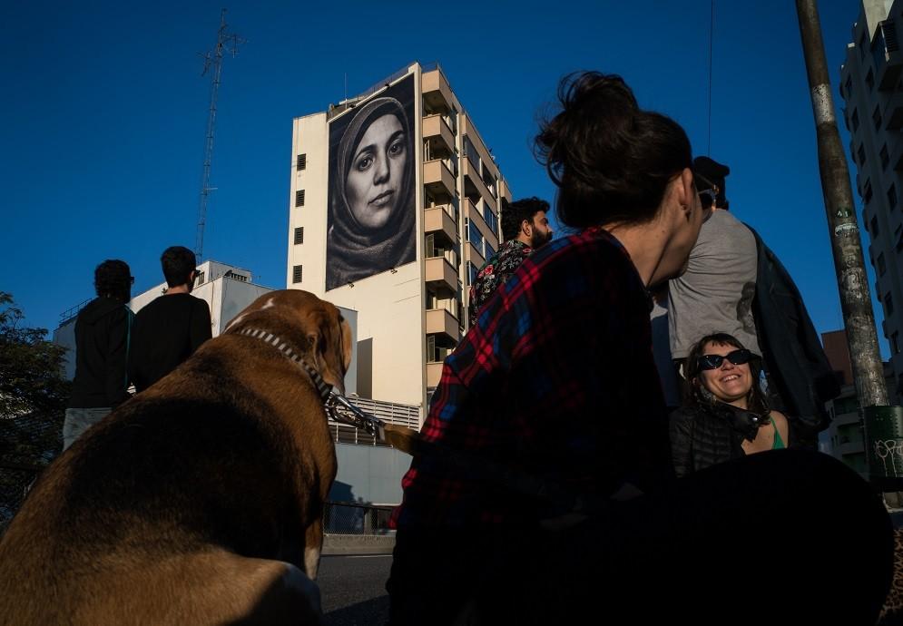 A fotógrafa Raquel Brust criou uma série fotográfica em proporções gigantescas para despertar a empatia na cidade (Foto: Divulgação)