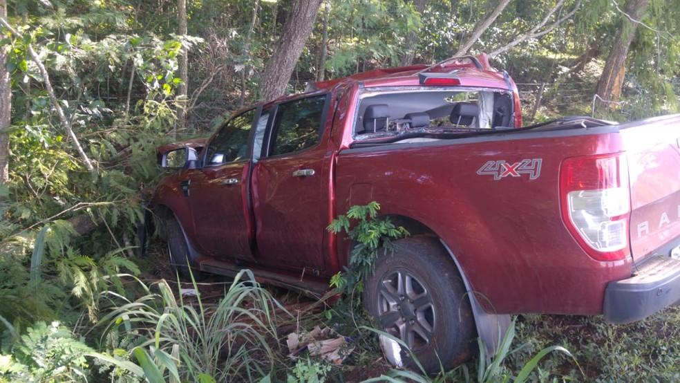 Mãe e filha morreram em acidente após caminhonete sair da pista e bater em árvore na BR-174 em Glória D'Oestw — Foto: Polícia Rodoviária Federal de Mato Grosso/Assessoria
