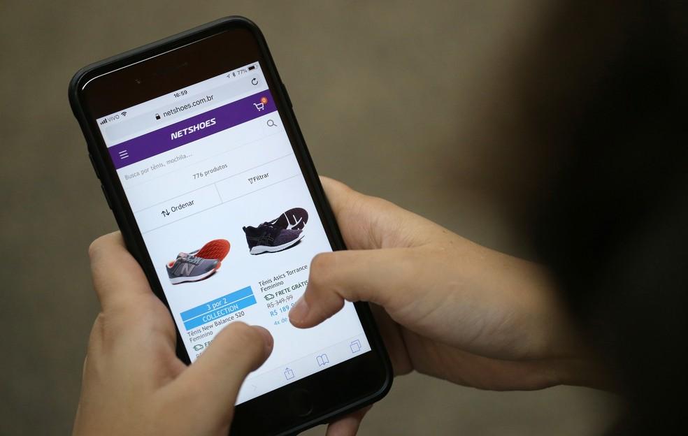 Página da Netshoes na internet em tela de smartphone — Foto: Sergio Moraes/Reuters