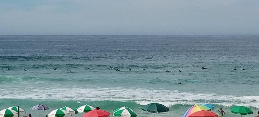Surfistas disputam espaço na água da Praia da Barra — Foto: Danielle Melo/TV Globo