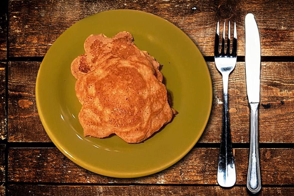 Panqueca caseira com pasta de amendoim é opção leve para começar o dia (Foto: Eu Atleta)