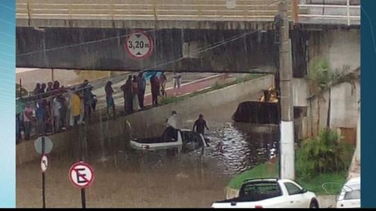 Avenida de Colatina, ES, é interditada após duas horas de chuva forte