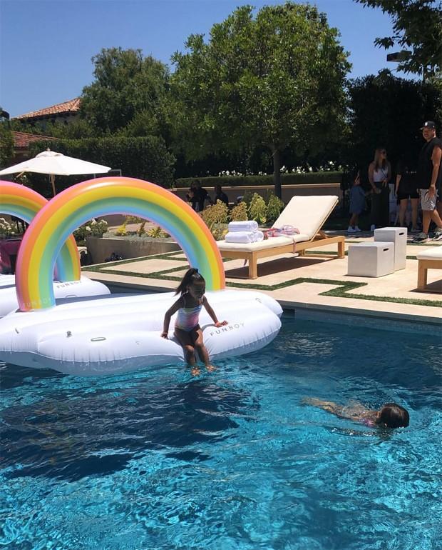 North West brinca na piscina em sua festinha (Foto: Reprodução / Instagram)