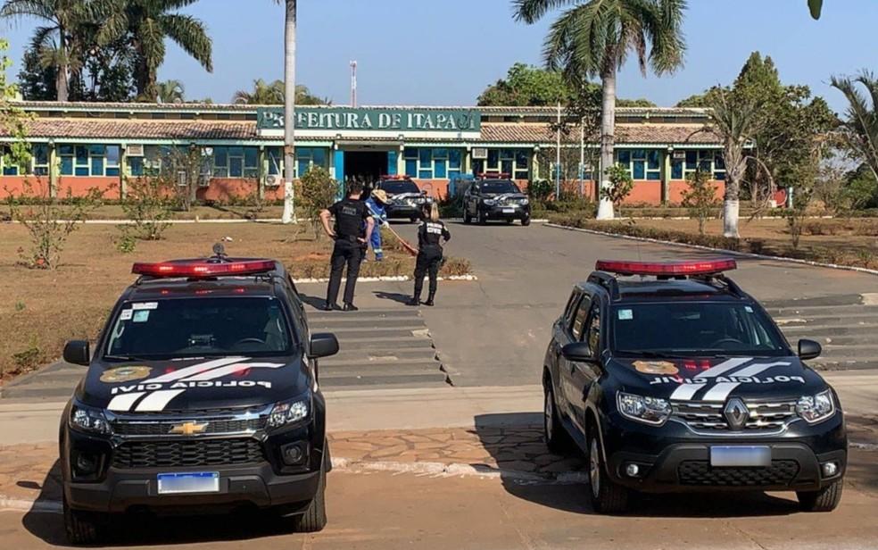Policiais na porta da Prefeitura de Itapaci — Foto: Polícia Civil/Divulgação
