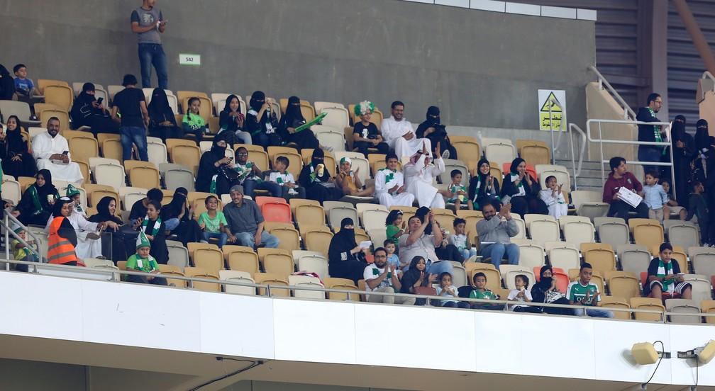 Setor familiar de estádio em Jeddah, na Arábia Saudita, acolhe torcedoras mulheres pela primeira vez (Foto: AFP)