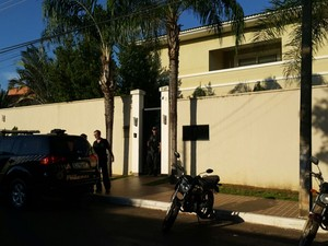 PF cumpre mandados na casa do governador do Tocantins (Foto: Rachel Lemos/TV Anhanguera)