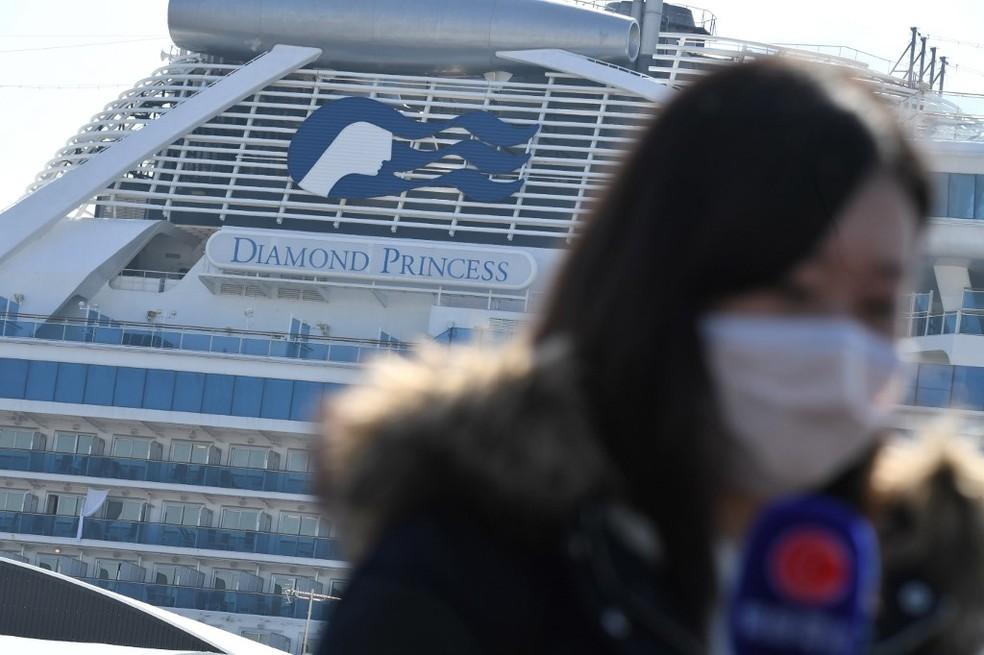 Mulher de máscara no Japão em frente ao cruzeiro Diamond Princess, em 21 de fevereiro de 2020 — Foto: Philip Fong / AFP
