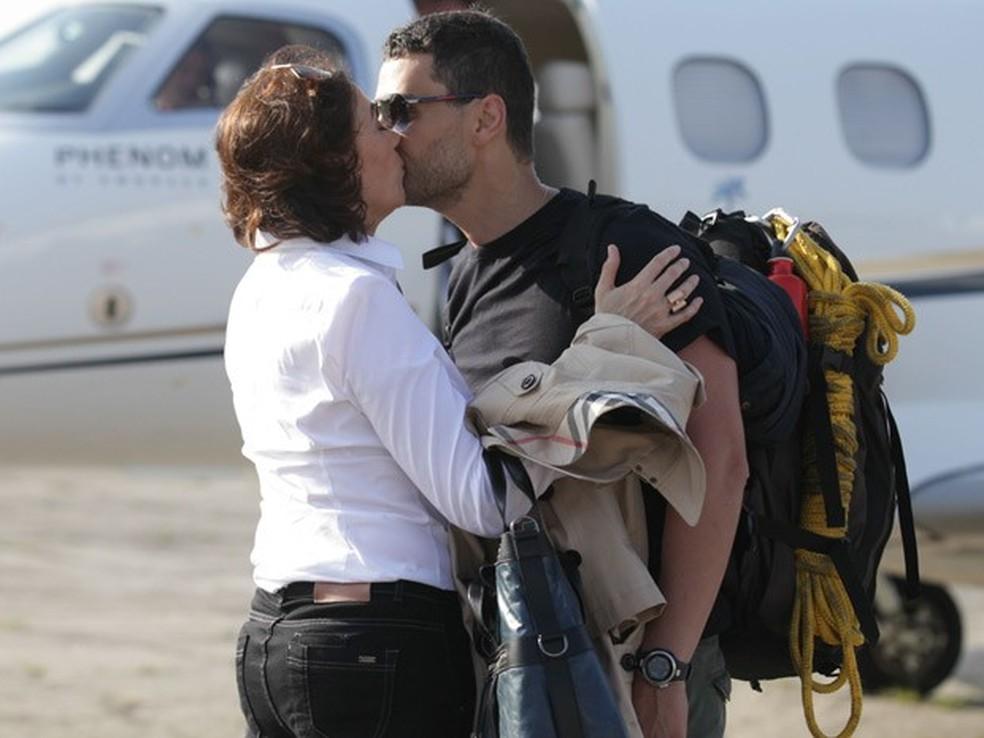Maria Marta (Lilia Cabral) e Maurílio (Carmo Dalla Vecchia) dão beijo acidentalmente - 'Império' — Foto: Pedro Curi/Globo
