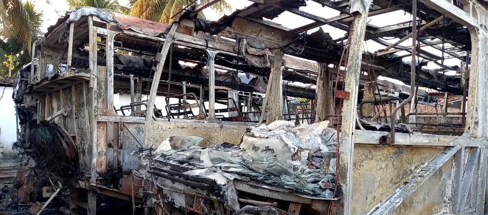 Incêndio destrói parte da frota de veículos do município de Poço Branco — Foto: Williams Rocha