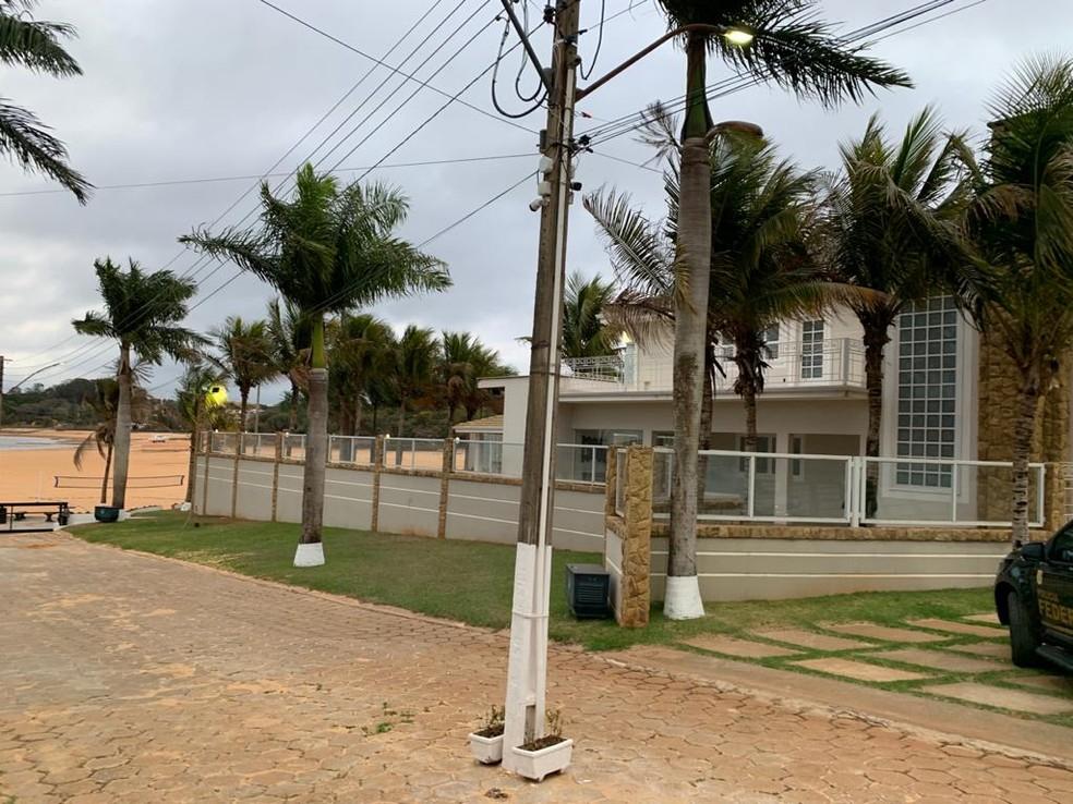 Policiais federais cumpriram mandado de busca e apreensão em casa de luxo às margens da represa de Jurumirim, em Avaré — Foto: Polícia Federal/Divulgação