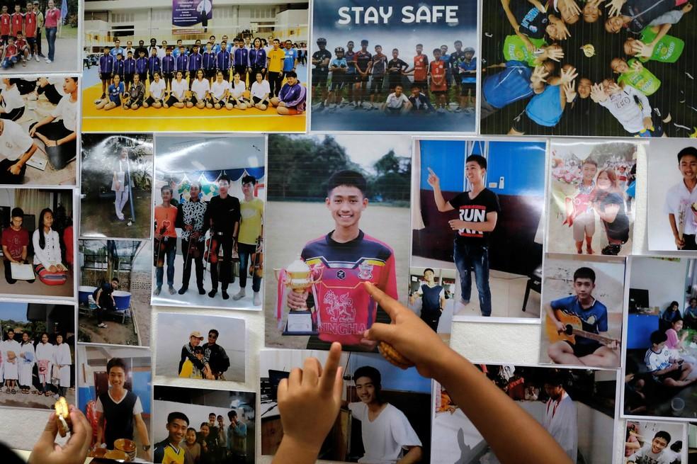 Painel com fotos das crianças presas em caverna na Tailândia  (Foto: Soe Zeya/Reuters)