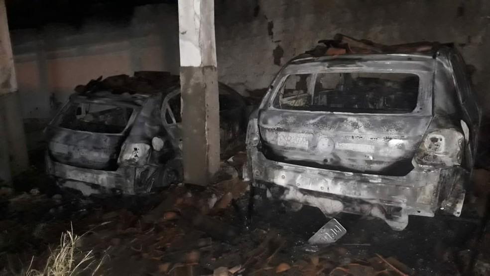 Fogo em carros da Emater de Currais Novos foi controlado com ajuda da população, que usou baldes de água  — Foto: Cleto Filho