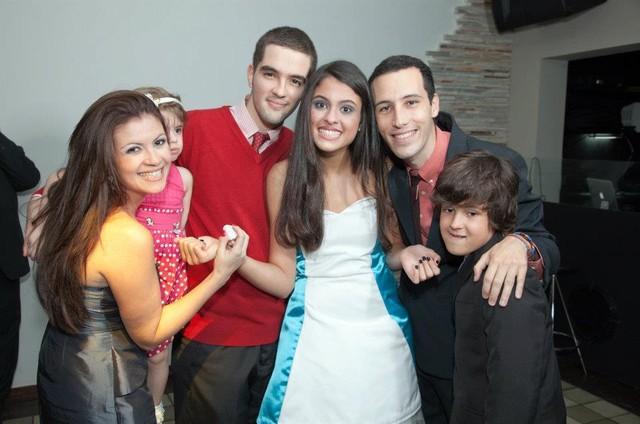 Hana com os irmãos no seu aniversário de 15 anos (Foto: Arquivo pessoal)