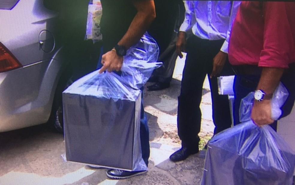 Documentos e computadores foram apreendidos na sede do DEM (Foto: Reprodução/TV Sergipe)
