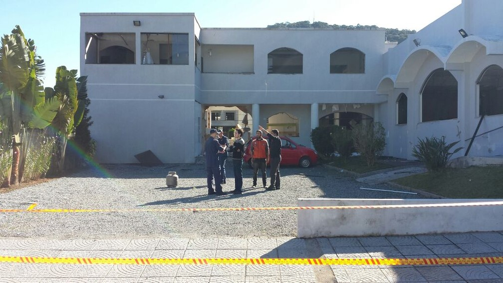 Igreja foi isolada para perícia nesta sexta-feira  (Foto: Luiz Souza/RBS TV)