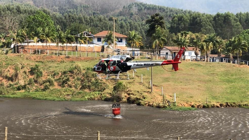 Helicóptero Águia auxilia no combate ao incêndio na serra de São Pedro — Foto: Prefeitura de São Pedro/Divulgação