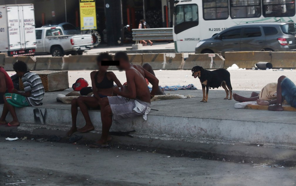 Casal conversa em ponto de uso de crack na Avenida Brasil (Foto: Marcos Serra Lima/G1)