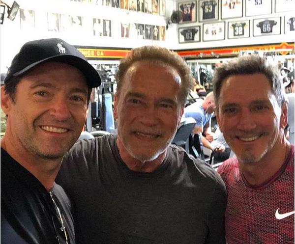 Os atores Hugh Jackman e Arnold Schwarzenegger treinando em uma academia de Los Angeles (Foto: Instagram)